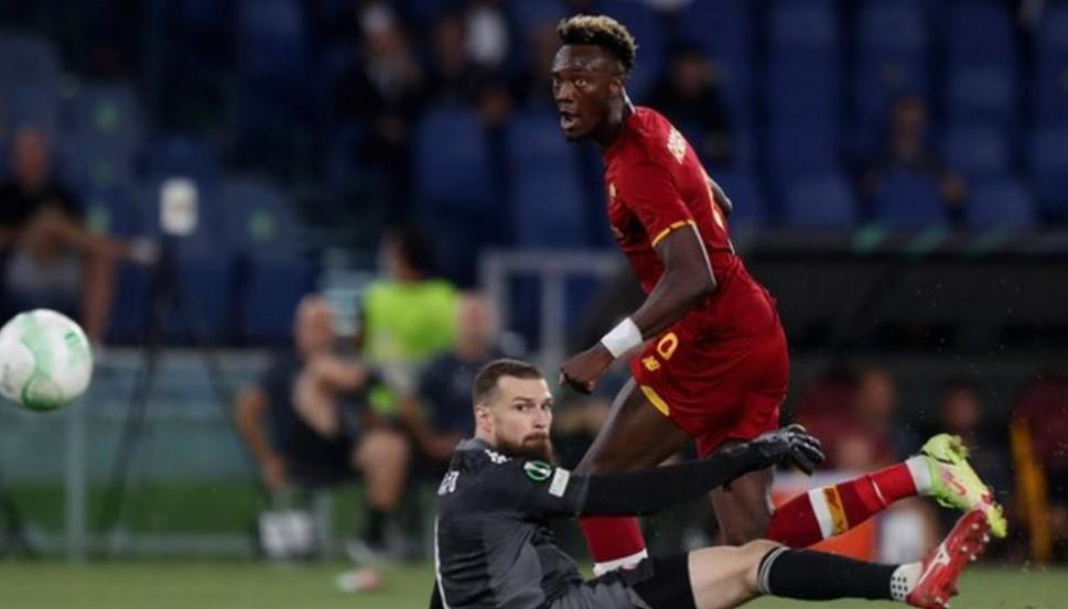 塔米.亚伯拉罕在罗马再次获得胜利的比赛中进球