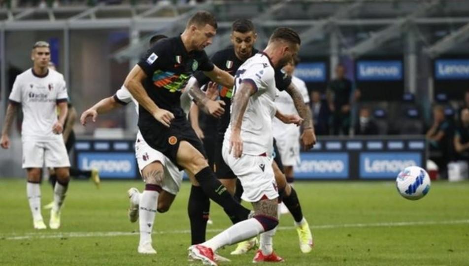 埃丁.哲科在国际米兰击败博洛尼亚足球俱乐部的比赛中射进了两球