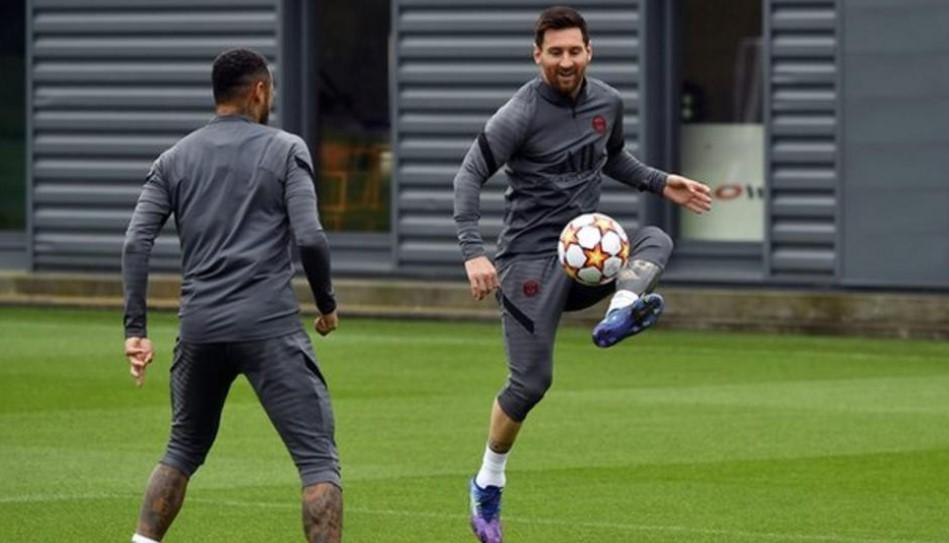 梅西可能会在欧冠小组赛中对阵他的老东家        利昂内尔.梅西(Lionel Messi)在膝盖受伤后很可能会出现在巴黎圣日耳曼队的球队中,在周二的欧冠中对阵曼城队。这位阿根廷人曾在巴塞罗那的曼