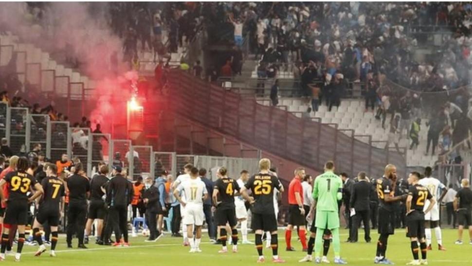 球迷的暴力行为打断了马赛与加拉塔萨雷体育俱乐部的欧联杯小组赛