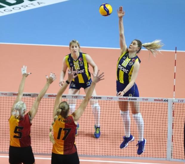费内巴切(Fenerbahçe)横扫加拉塔萨雷(Galatasaray),并连续第14场获胜,VakıfBank稳居首榜
