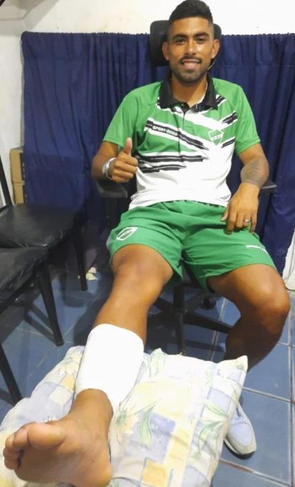 令人难以置信的足球运动员布赖恩•麦迪纳(Brian Medina)在被送往医院治疗,腿部伤势严重,内部一直悬空