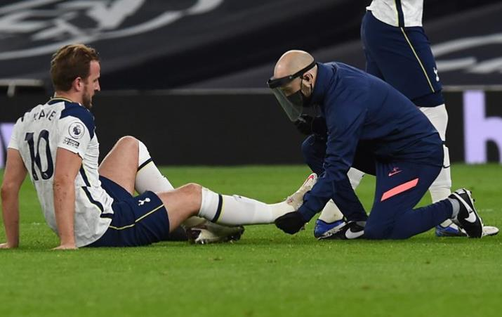 热刺和英格兰前锋在对阵利物浦时脚踝受伤