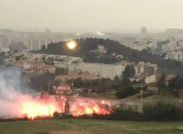数百名马赛球迷与警察发生冲突,强攻把训练场烧了。有25人被捕