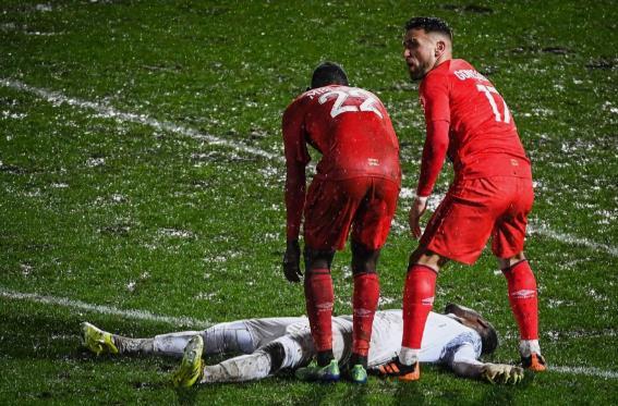 守门员在球场上倒塌,在卡昂和尚布利之间的联赛2中被送往医院