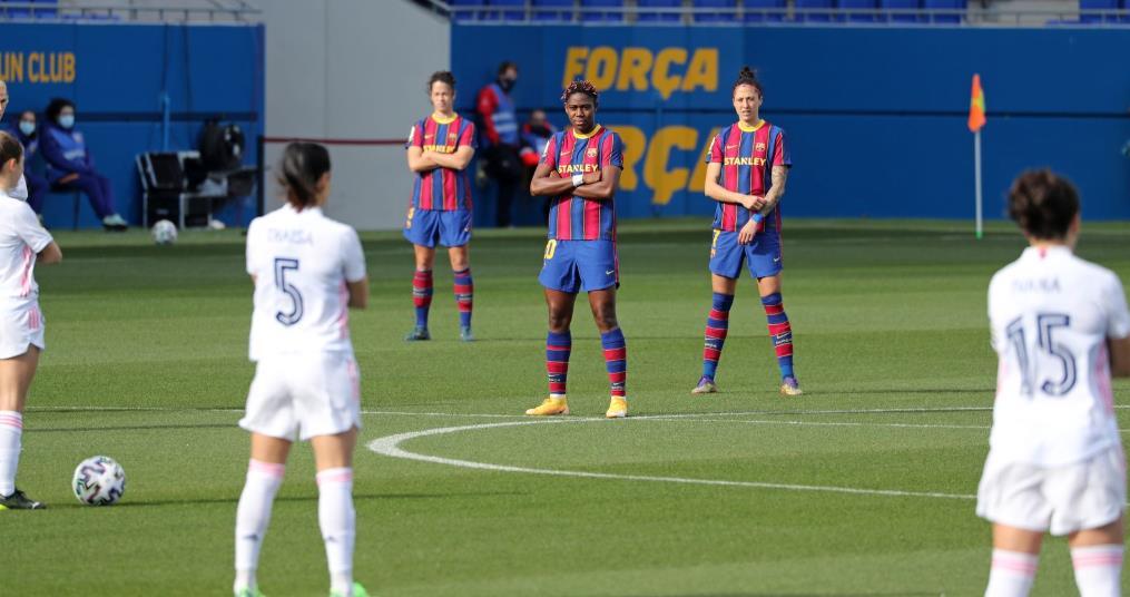 巴塞罗那和皇家马德里的女球员们 在El Clasico比赛抗议