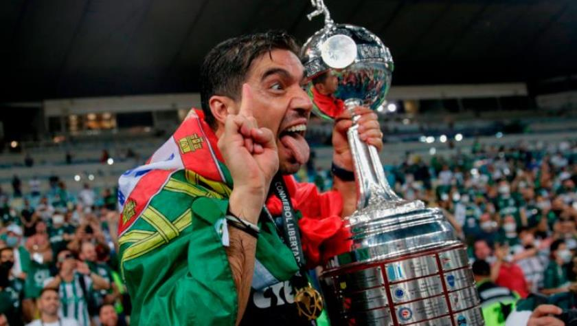 尽管疫情爆发,帕尔梅拉斯的球迷们仍聚集在一起庆祝巴西队杯夺冠