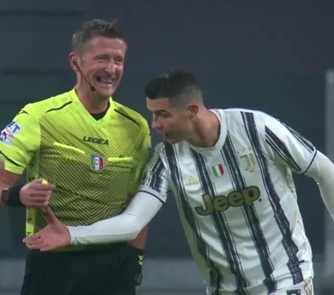 罗纳尔多不相信球门线技术,并要求裁判检查他的手表,因为尤文图斯在生日那天以2-0击败罗马