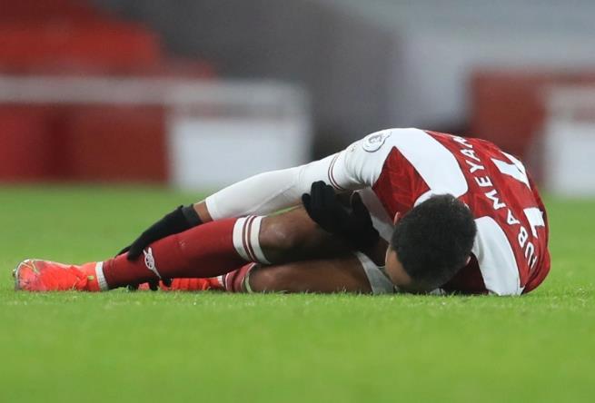 在于利兹对阵中奥巴梅扬扭伤了脚踝