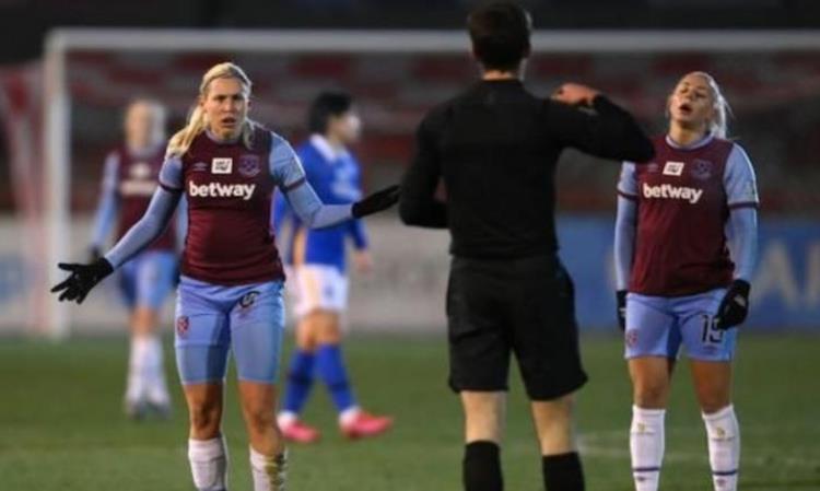 女子足球里的裁判水平受到了质疑