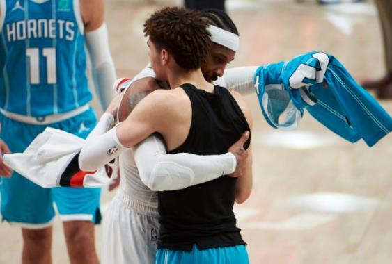 拉梅洛•鲍尔和交换球衣的卡梅隆•安东尼在第一次冲突后表现出敬意