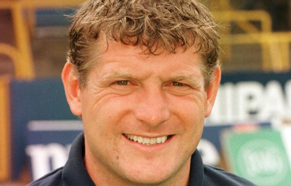 谢菲尔德联队老板向牛津联队传奇人物米奇•刘易斯致敬