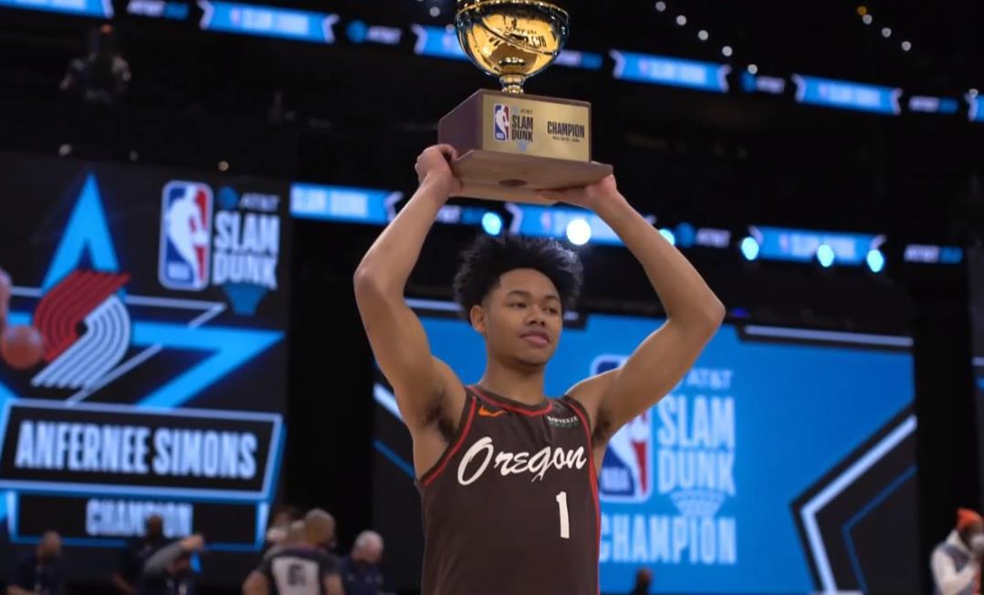 开拓者队的安妮·西蒙斯赢得2021年AT&T扣篮高手比赛