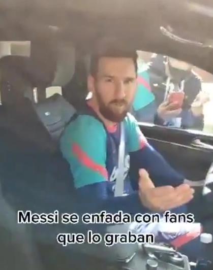 他们拍摄巴塞罗那传奇离开训练的片刻时,愤怒的莱昂内尔•梅西怒视着粉丝