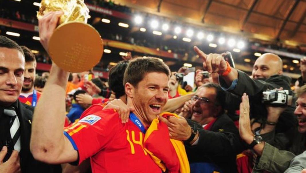 门兴格拉德巴赫足球俱乐部向世界杯冠军阿隆索给出合同,但他尚未做决定