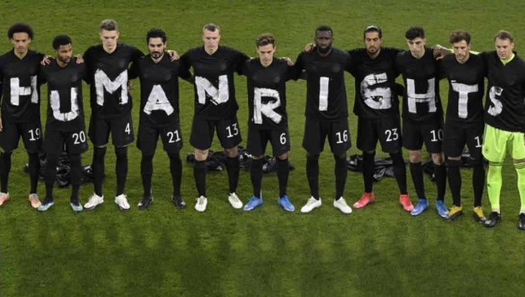 德国选手穿着印着字母的T恤来抗议