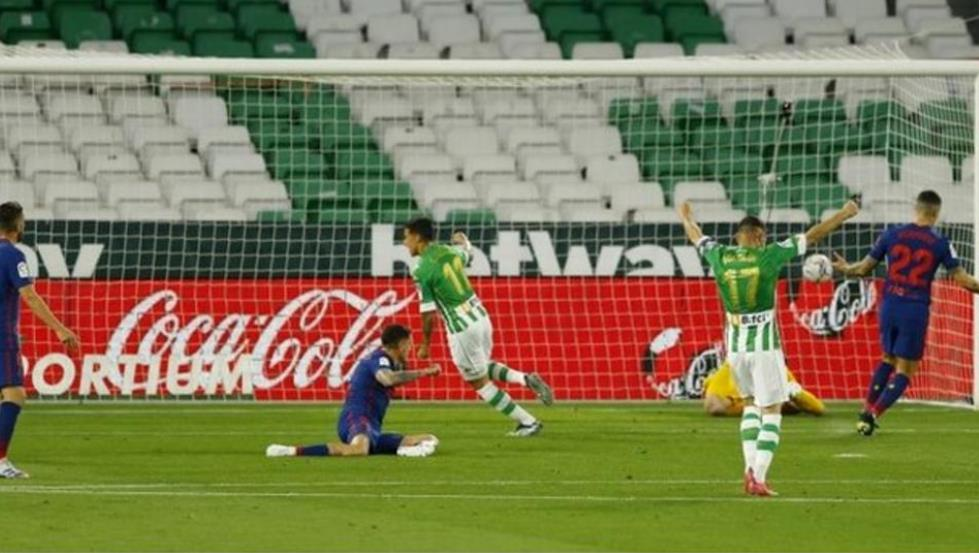 马德里竞技队以仅仅微弱的一分差距在西甲联赛榜上位居第一