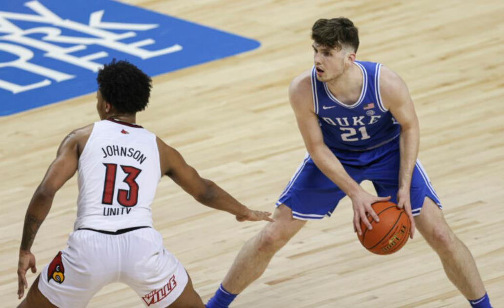 经历了突破赛季后,杜克大学的马修·赫特宣布将参加NBA选秀