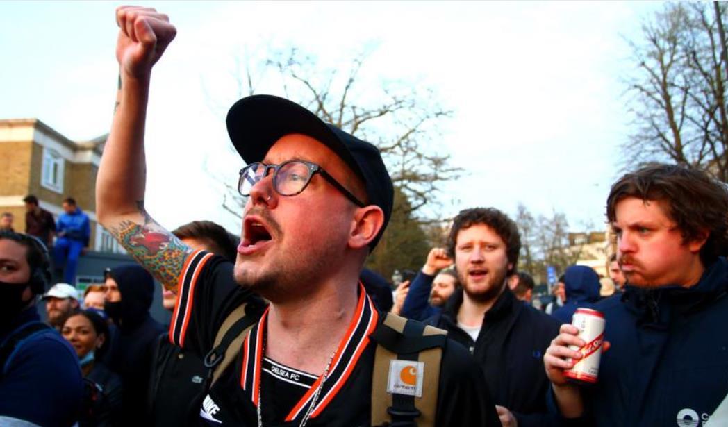 球迷将超级联赛抗议活动带到了斯坦福桥