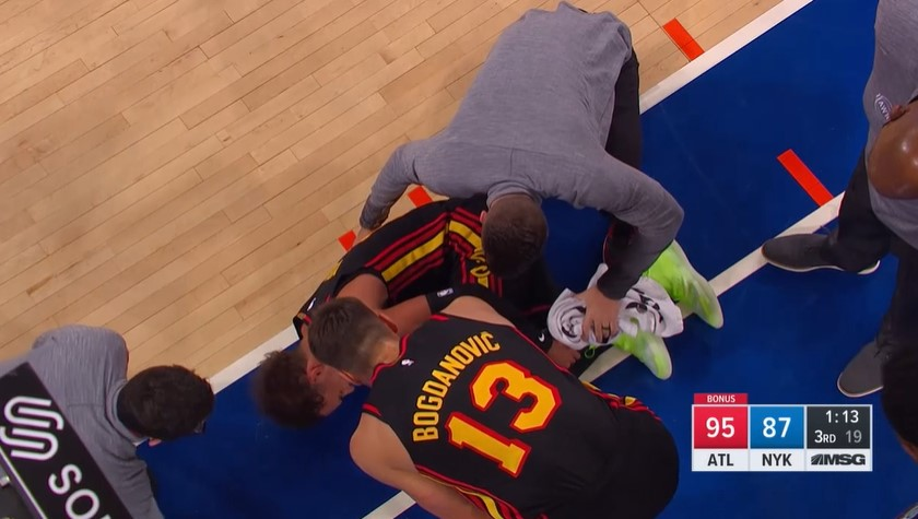 崔.杨在左脚踝扭伤后在被帮助的情况下离开了球场