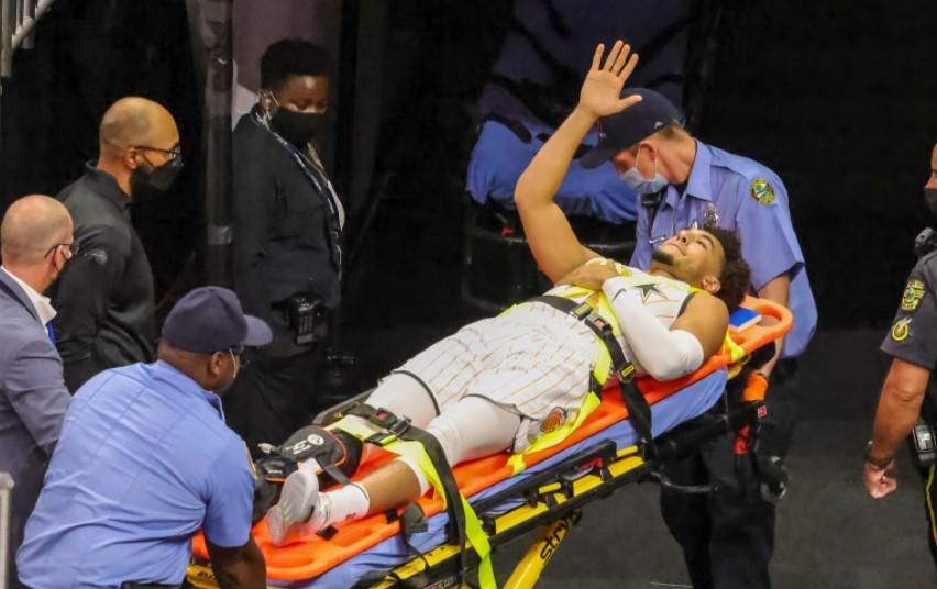 德文·坎纳迪因右脚踝骨折而被抬下了赛场