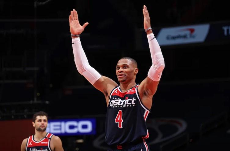 罗素·威斯布鲁克获得了职业新高的21个篮板和24个助攻