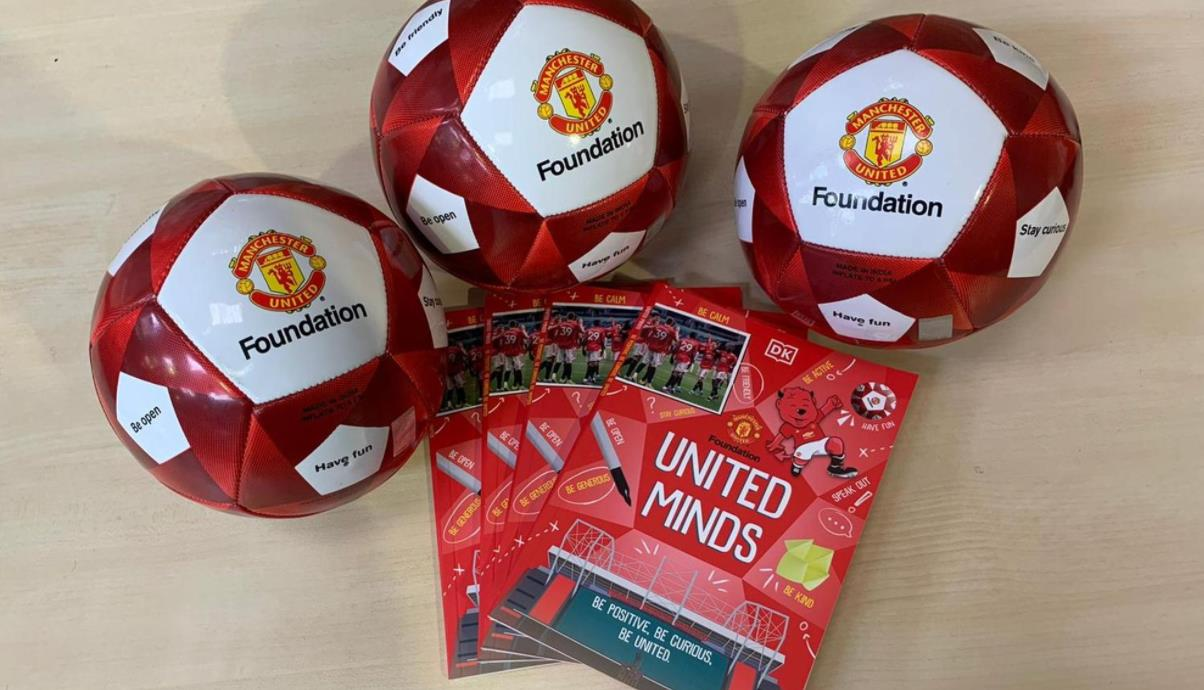 曼联基金会在心理健康意识周期间向当地儿童分发5,000本书和球
