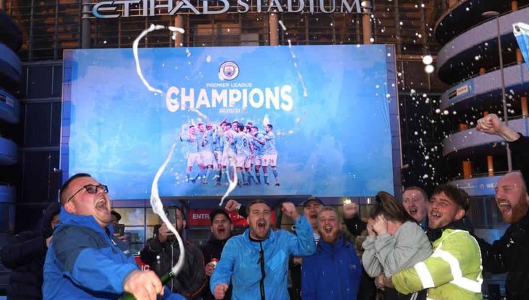 曼城球迷齐聚一堂,庆祝冠军荣耀