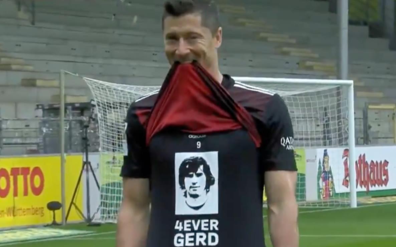 罗伯特~莱万多夫斯基在取得德甲联赛进球后,向盖德~穆勒致敬
