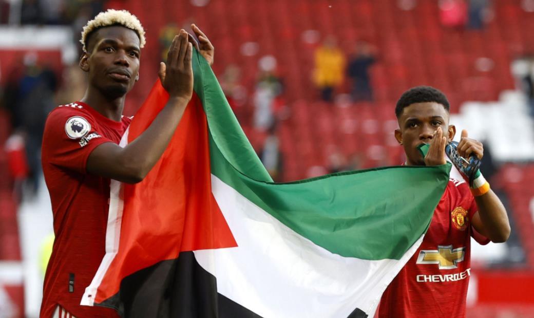曼联的保罗~博格巴和阿马德~特拉奥雷在英超联赛富勒姆战平后升起巴勒斯坦