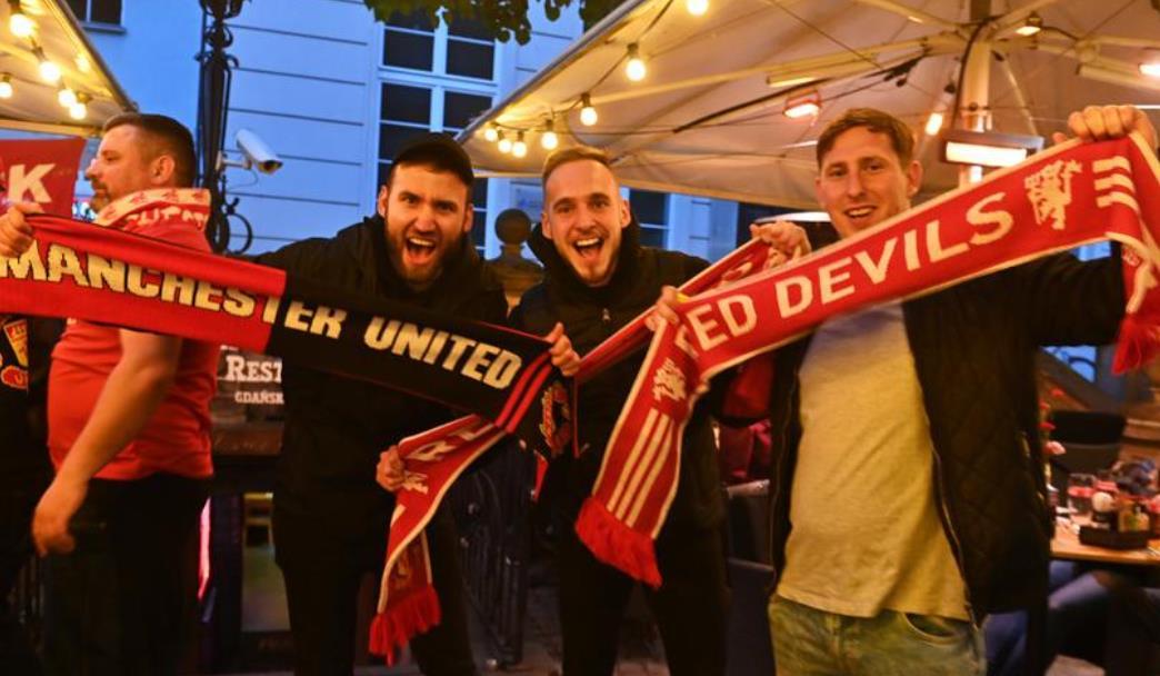 曼联球迷在提前在格但斯克莱吉亚举行的欧洲联赛决赛前抗议