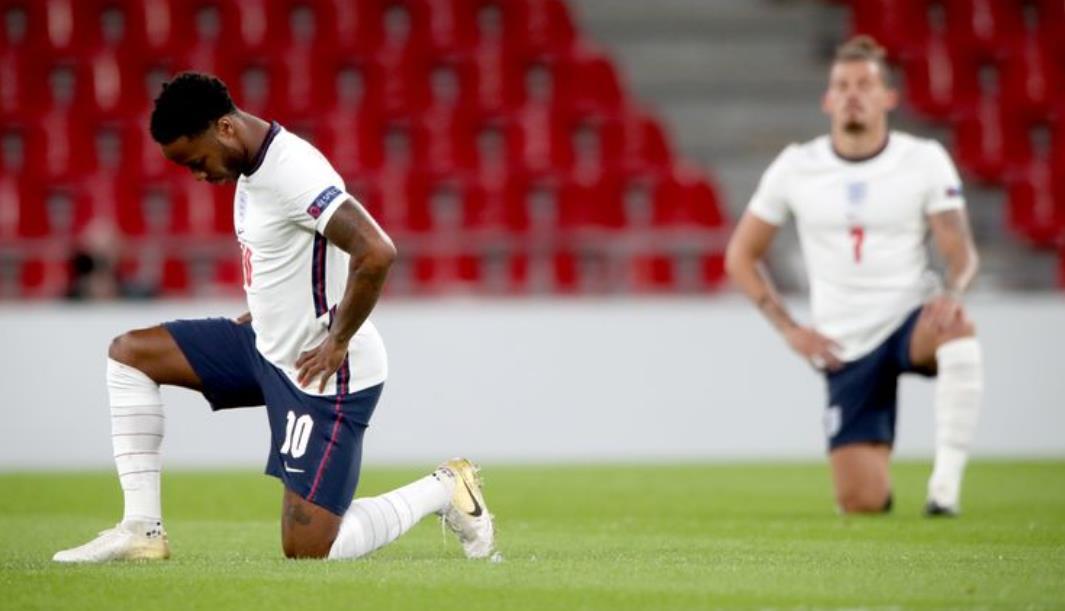 英格兰球迷对球员在河滨体育场的罗马尼亚友谊赛前跪下的举动发出了嘘声