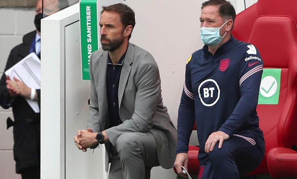 """英格兰主帅表示球员有""""责任""""与球迷们互动关于种族歧视这件事情"""