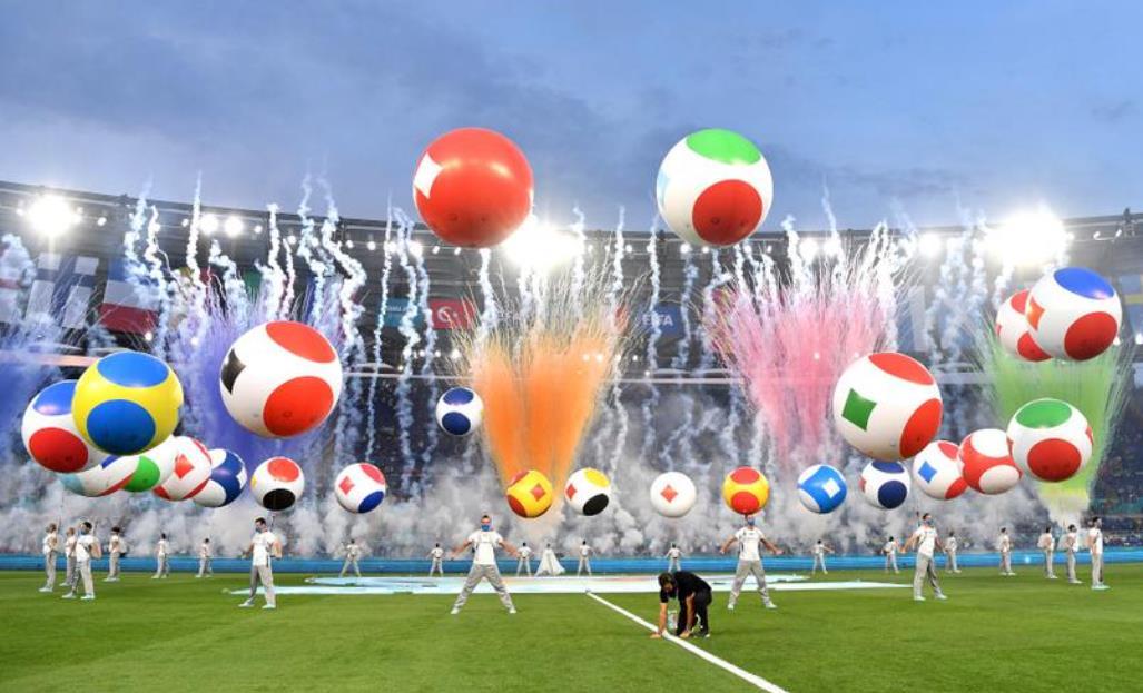 2020 年欧洲杯从一年后的烟花和气球开始