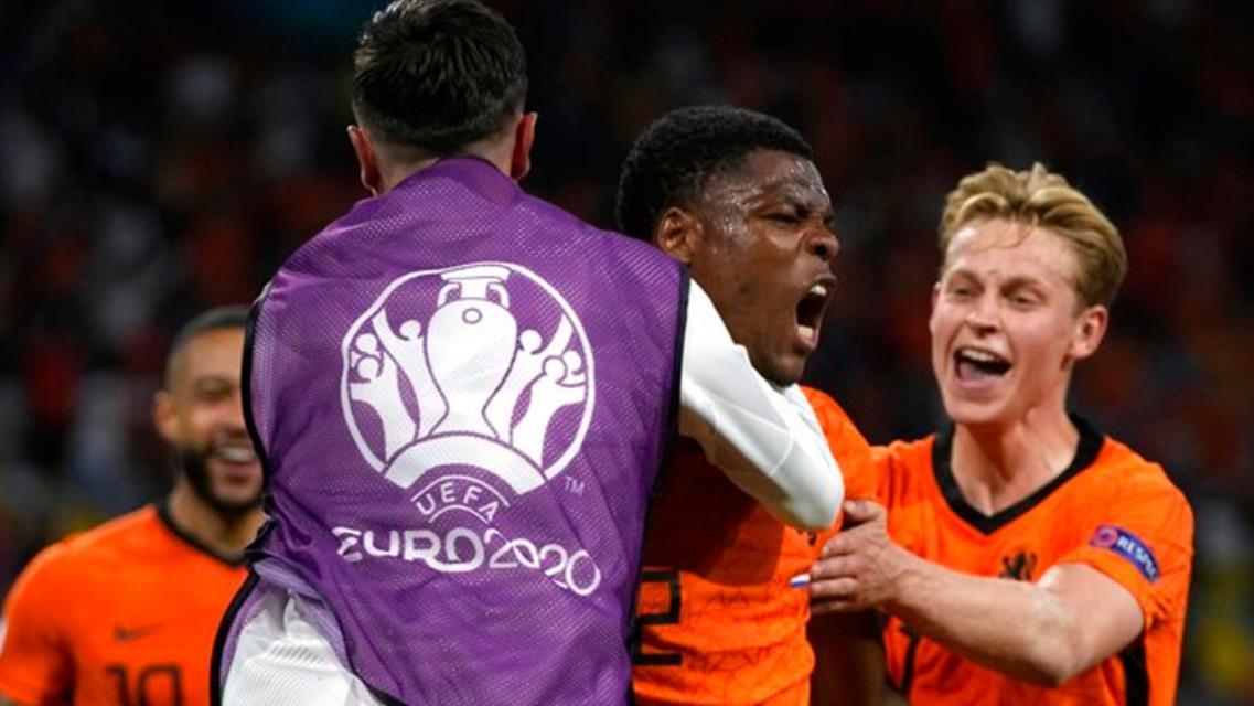 丹泽尔~邓弗里斯迟到的头球挽救了荷兰队的胜利
