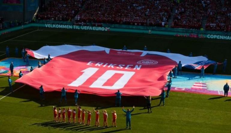 丹麦和比利时球员和球迷在第 10 分钟表示队埃里克森的支持