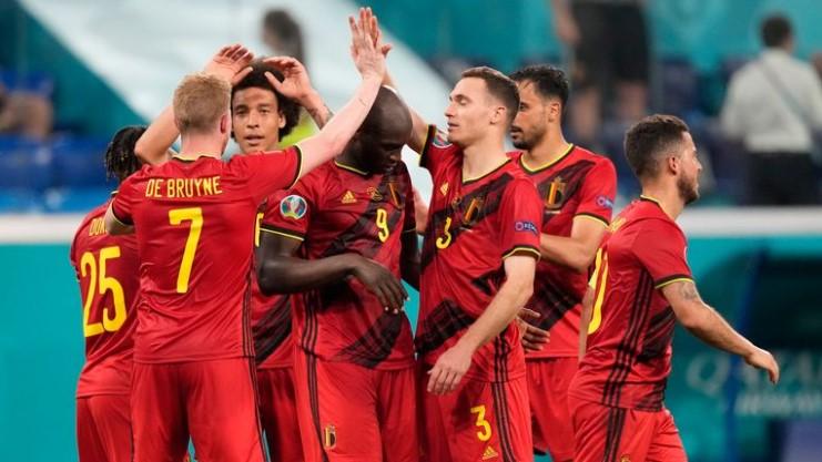 比利时队击败了芬兰使他们的最后16强的希望悬挂着